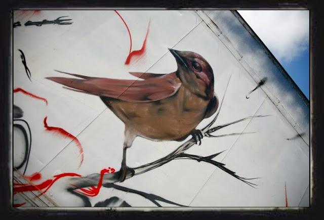 pájaro realista en camion